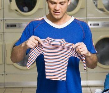Para evitarnos sustos innecesarios al sacar la ropa de la lavadora, os dejamos unos pequeños trucos. Ropa de encaje negro u oscura: hay que lavarla con agua tibia y un […]