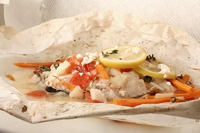 SALMON EN PAPILLOTE Ingredientes (para 4 personas) 4 rodajas de salmón fresco 1 cebolla 100 gramos de gambas peladas 8 vainas planas (pueden utilizarse de bote) 1 zanahoria 50 gramos […]