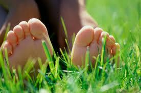 """La primavera es la época del año en la que comenzamos a dejar """"libres"""" los pies, empezamos a dejar los cerrados zapatos, las medias, calcetines, botas, etc. También es la […]"""