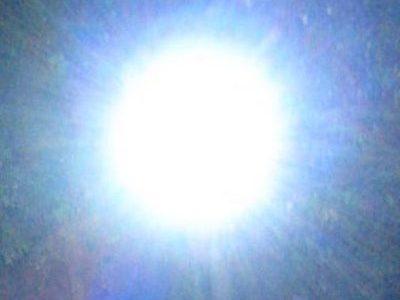 Abro los ojos y veo una brillante luz que me impide mirar al frente. La luz se convierte en un círculo y va reduciendo su tamaño con rapidez. Un […]