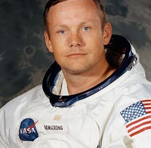 «La próxima vez que deis un paseo fuera durante una noche clara y veais la Luna sonriendo, pensad en Neil Armstrong y guiñadle un ojo». Eran las palabras que la […]