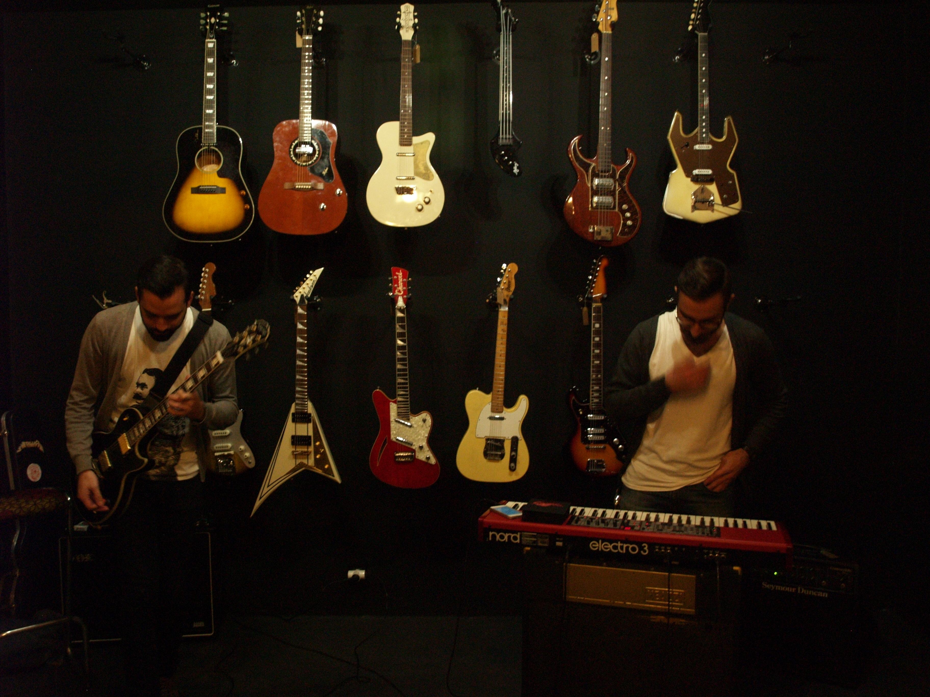 Dentro de las celebraciones de Santa Cecilia, Being Berber nos ofreció un acústico en la tienda de guitarras Headbanger Rare Guitars.De micrófonos únicamente amplificaron la guitarra de Gonzalo y el […]