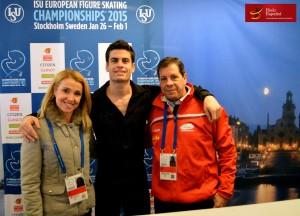 Javier Raya junto con Carolina Sanz (entrenadora) y Esteban y Nano Garcia (preparador). Foto: Hielo Español