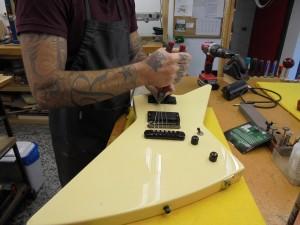 Lutier, nombre común. Persona que se dedica profesionalmente a fabricar y reparar instrumentos musicales de cuerda.