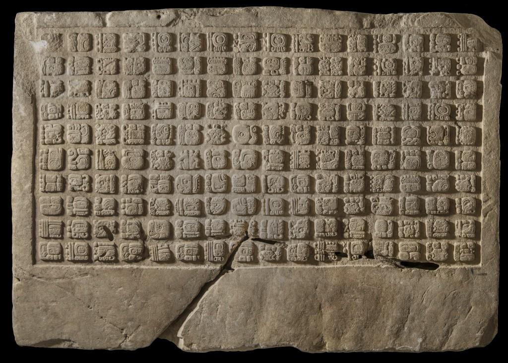 Panel de piedra caliza con jeroglíficos, año 799 D.C.. Fundación La Ruta Maya, Guatemala