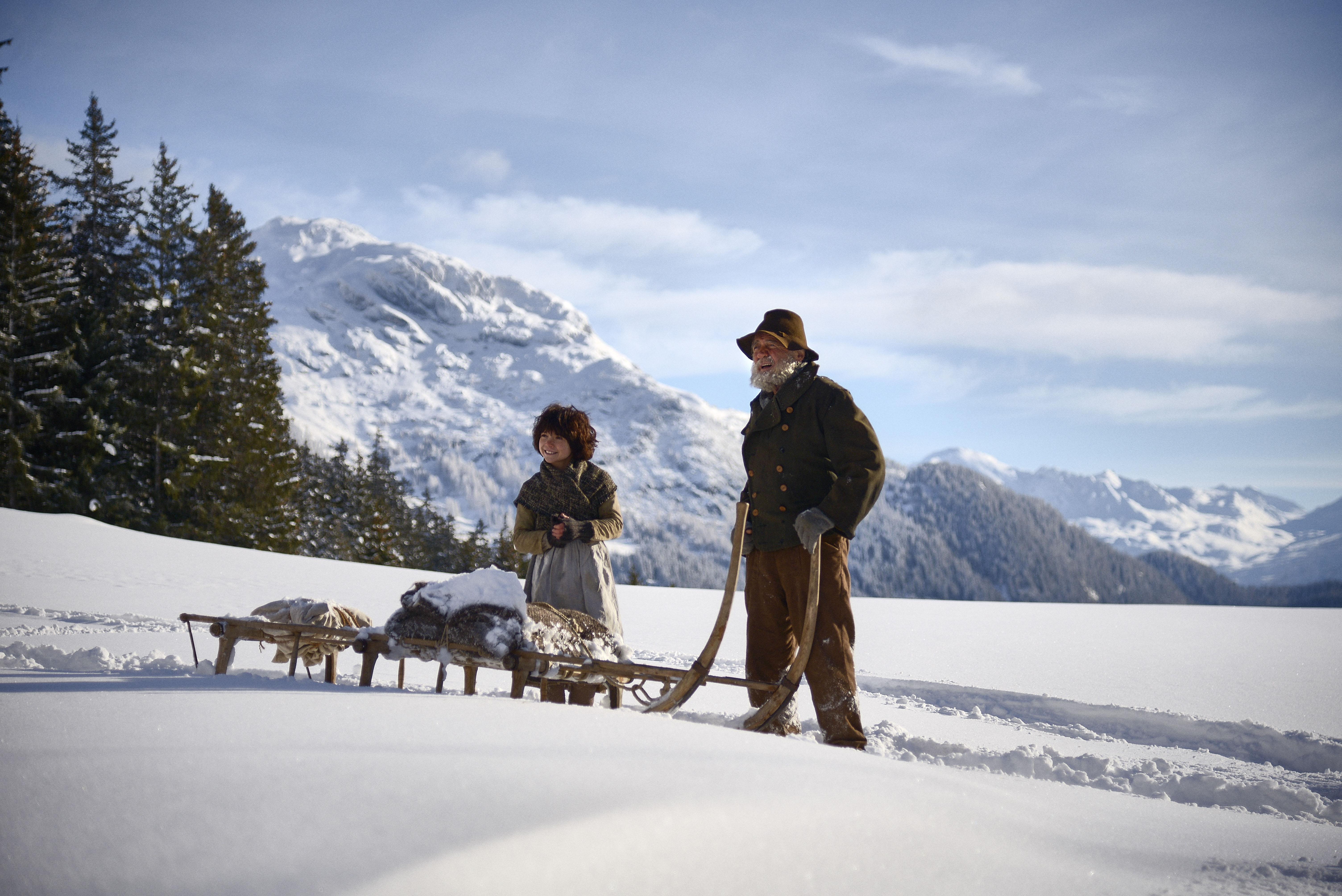 Im Winter sind Heidi (Anuk Steffen) und der Almöhi (Bruno Ganz) mit dem Schlitten unterwegs zur Alm